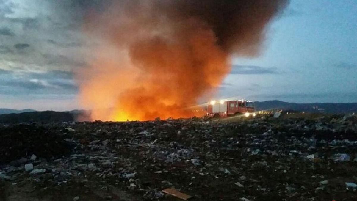 Imagen del fuego declarado este miércoles en el vertedero de Hostalets de Pierola.
