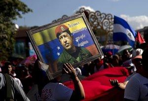 Miembros de la Juventud Sandinista y trabajadores del Estado participaron en una caminata con banderas de Venezuela y cuadros con el rostro de Chávez.