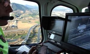 El helicóptero con la cámaraWescam MX-15, en uno de sus vuelos antes de que tuviera que quedarse en tierra por la impugnación del concurso.
