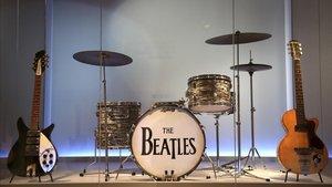 El kit de batería Ludwig de Ringo Starr flanqueado por la guitarra Rickenbacker de 12 cuerdas de 1964 de John Lennon y la primera guitarra eléctrica de George Harrison, una Höfner modelo Club 40 de 1958.