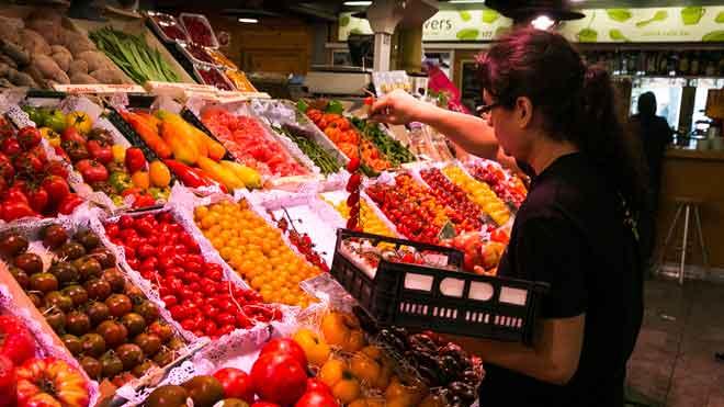 La inflación sube al 0,5% en julio por las frutas y los carburantes. En la imagen, una frutería en el mercado de Santa Caterina.