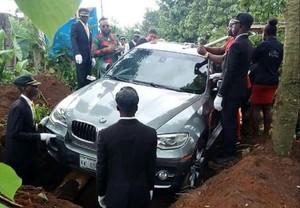 La foto viral de un hijo enterrando a su padre dentro de un BMW, escena de una película pero no real