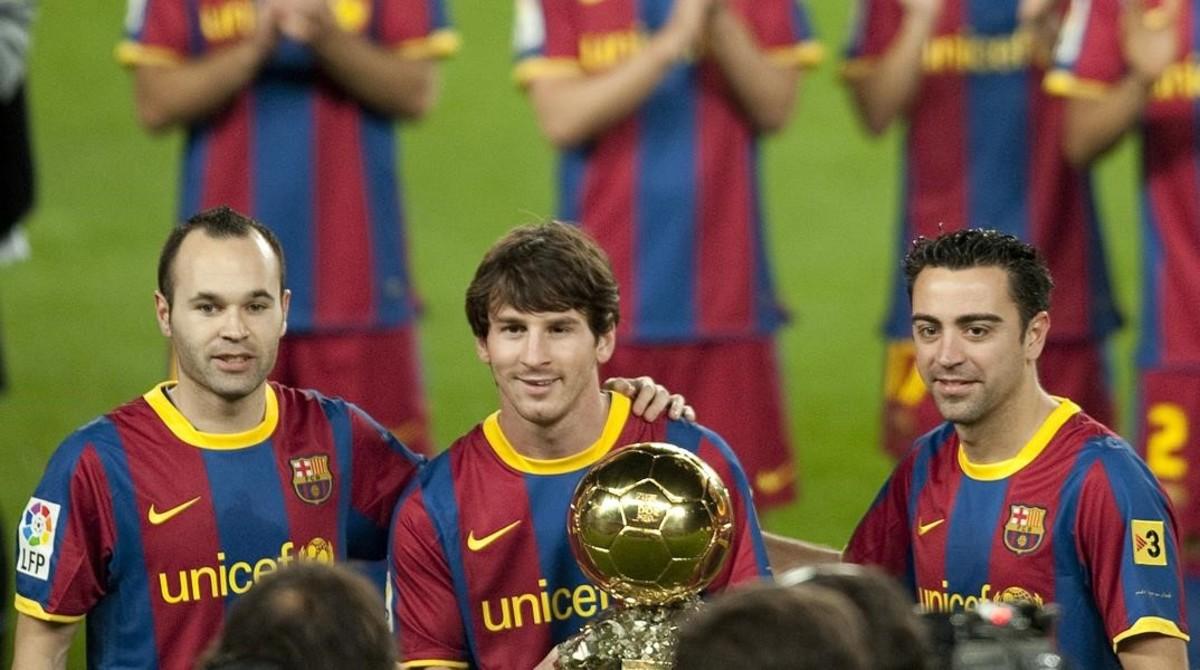 Iniesta, Messi y Xavi posan en el Camp Nou después de que los tres futbolistas del Barça coparan el podio del Balón de Oro en el 2010.