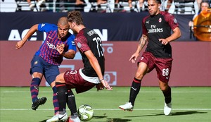 Rafinha prueba el disparo durante el partido ante el Milan.
