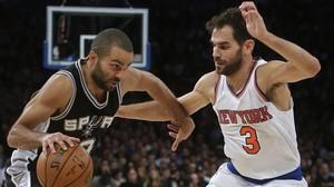 José Manuel Calderón intenta frenar la penetració del francès Tony Parker en el partit entre els Spurs i els Knicks de l'última jornada.