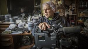 Manel Muntaner, con una cámara, en la habitación donde guarda sus vídeos.