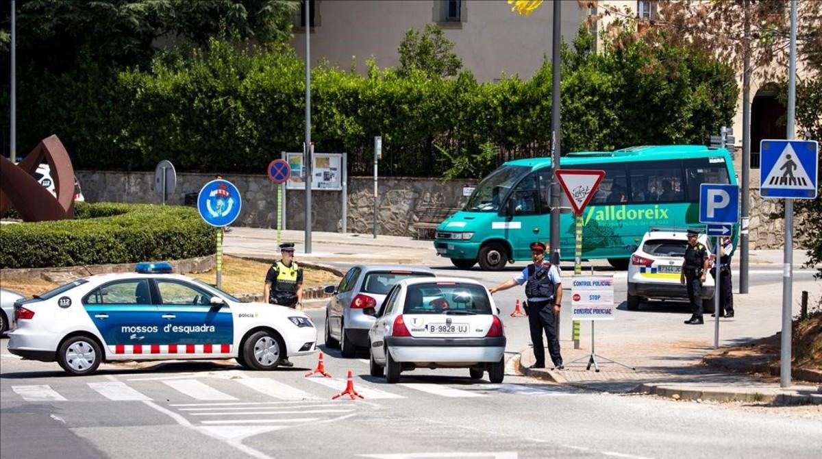 Control conjunto de Mossos dEsquadra y Policía Local de Sant Cugat del Vallès, en Valldoreix.
