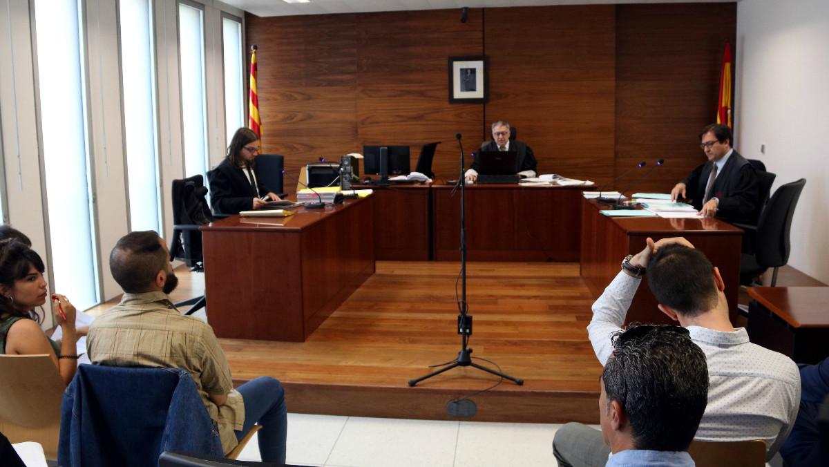 Imagen del primer juicio en Barcelona de 16 extrabajadores de Deliveroo contra la empresa de reparto de comida a domicilio.