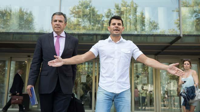 El juicio sobre la paternidad de Julio Iglesias será el 30 de mayo. En la foto,Javier Sánchez, supuesto hijo de Julio Iglesias, tras presentar la demanda de paternidad en los juzgados de Valencia.