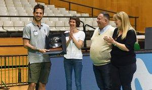 Laprovittola posa con el trofeo de MVP al lado de su novia y sus padres recién llegados de Argentina