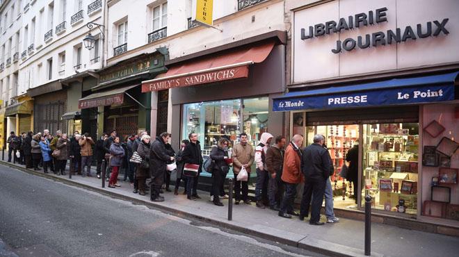 Largas colas en los kioskos parísinos para comprar Charlie Hebdo