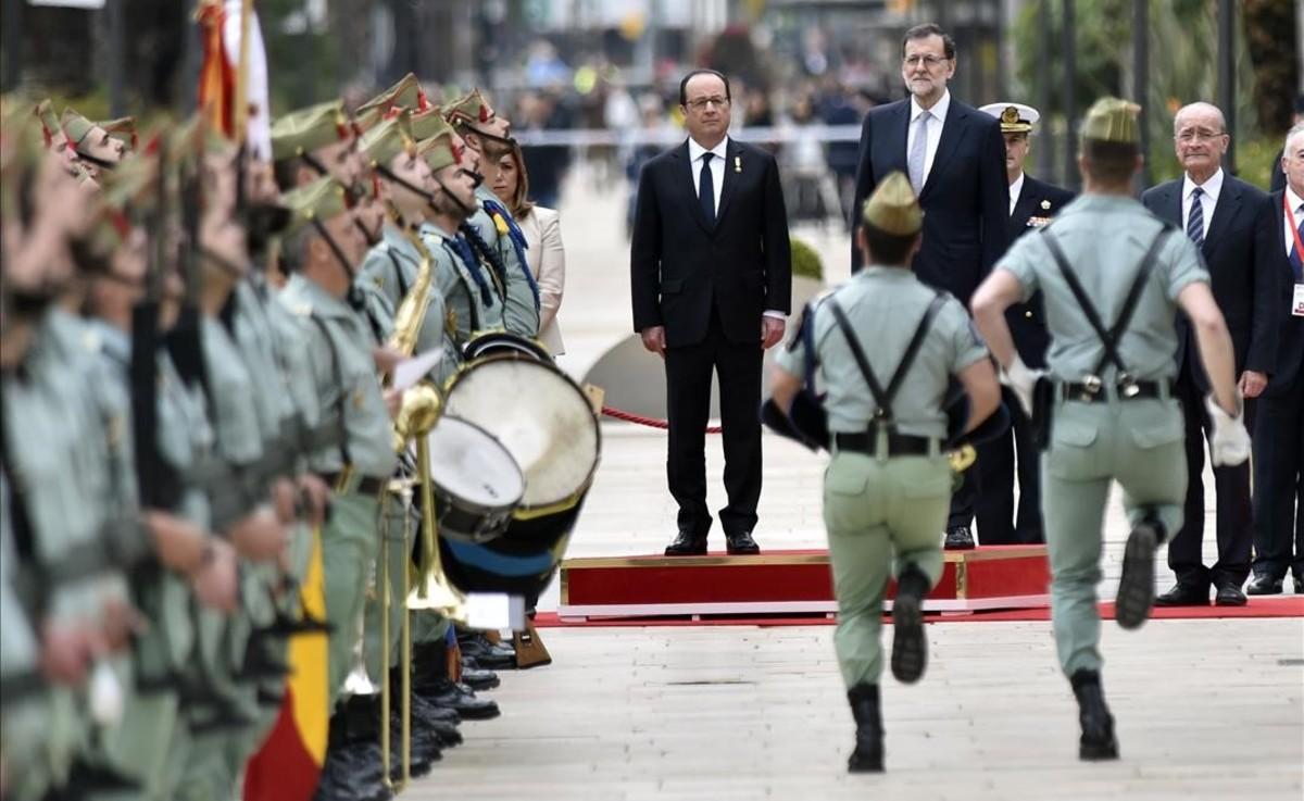 La Legión desfila ante Rajoy y Hollande, en la apertura de la cumbre hispano-francesa de Málaga, este lunes.