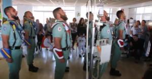 Legionarios cantando El novio de la muerte ante niños enfermos de cáncer en un hospital de Málaga, este lunes 10 de abril.