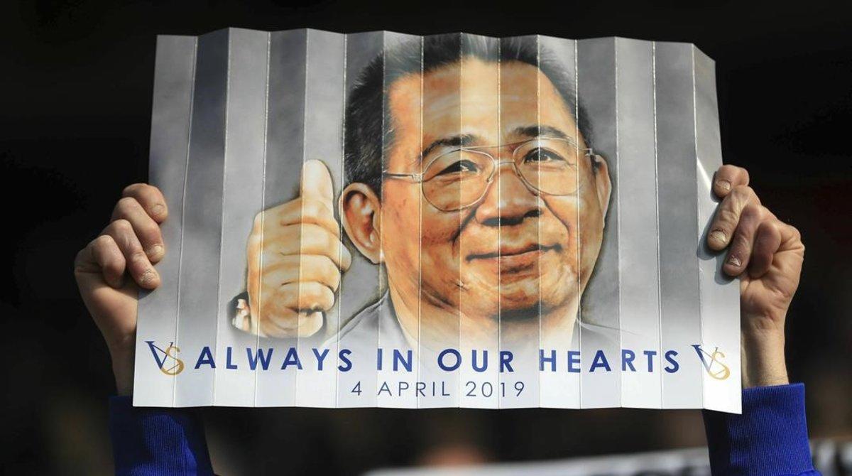 Un aficionadodel Leicester City exhibe un cartel en recuerdo del cumpleaños deVichai Srivaddhanaprabha, el expresidente del club que falleció en un accidente de helicóptero.