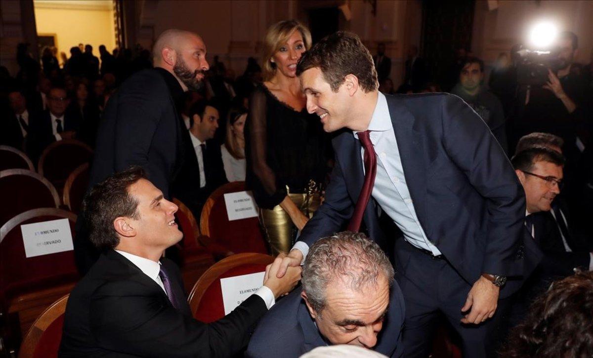 El líder del PP, Pablo Casado, saludando en un acto reciente en Madrid a su homólogo en Ciudadanos, Albert Rivera