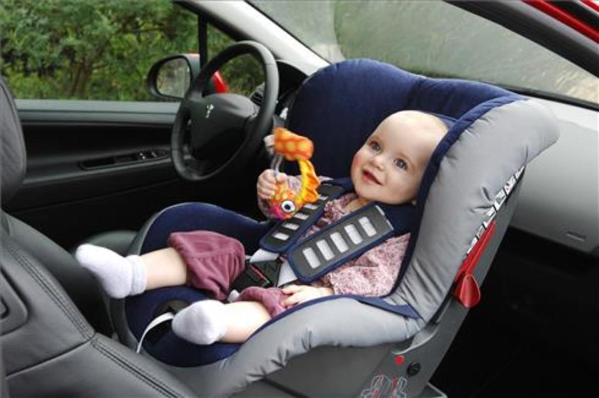 Los ni os en la silla del coche con el abrigo puesto menos seguros - Silla ninos coche ...