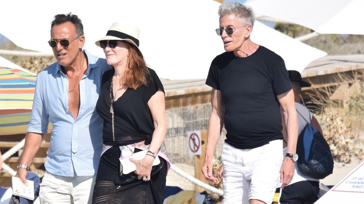 Bruce Springsteen, Patti Scialfa y Calvin Klein, en Eivissa este miércoles.
