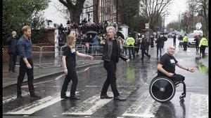 El príncipe Enrique con Bon Jovi y miembros del coro de los Invictus Games, en Abbey Road.