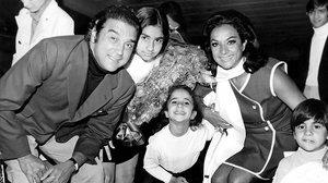Fotografia de archivo datada el 15 de abril de 1969 de la cantante Lola Flores, su marido,Antonio González, elPescaíllay sus hijos LolitaRosario y Antonio a su llegada al aeropuerto Madrid-Barajas.