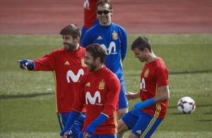 Lopetegui observa a Piqué, Ramos y Azpilicueta durante un entrenamiento de la selección española el pasado 21 de marzo.