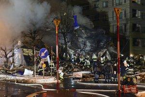 Los bomberos trabajan en el lugar del incendio tras la gran explosión en el restaurante de Sapporo, Japón.