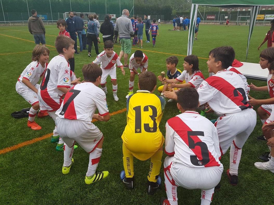 Los chicos del Rayo, en la entrega del trofeo Usansolo.