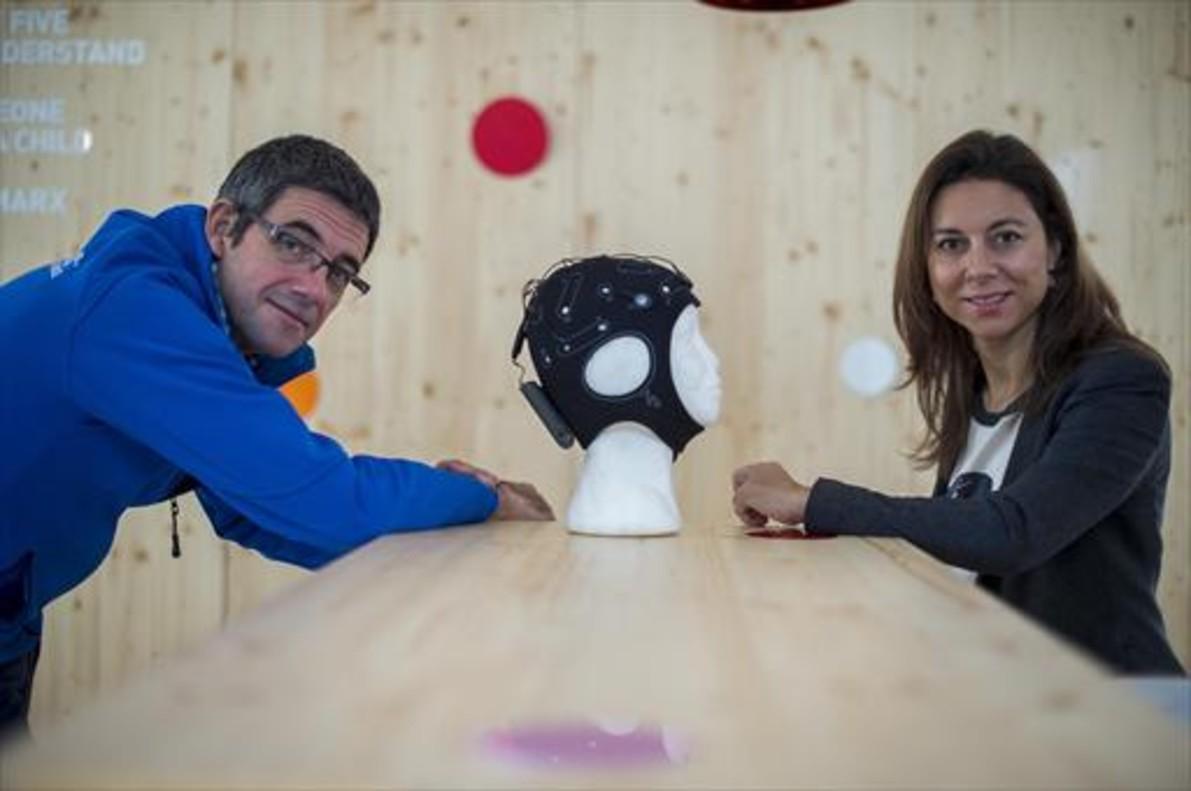 Los fundadores de Starlab, Giulio Ruffini y Ana Maiques, en la sede de Starlab en Barcelona.