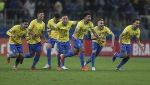Los jugadores de Brasil celebran el pase a la semifinal de la Copa América en la tanda de penaltis.