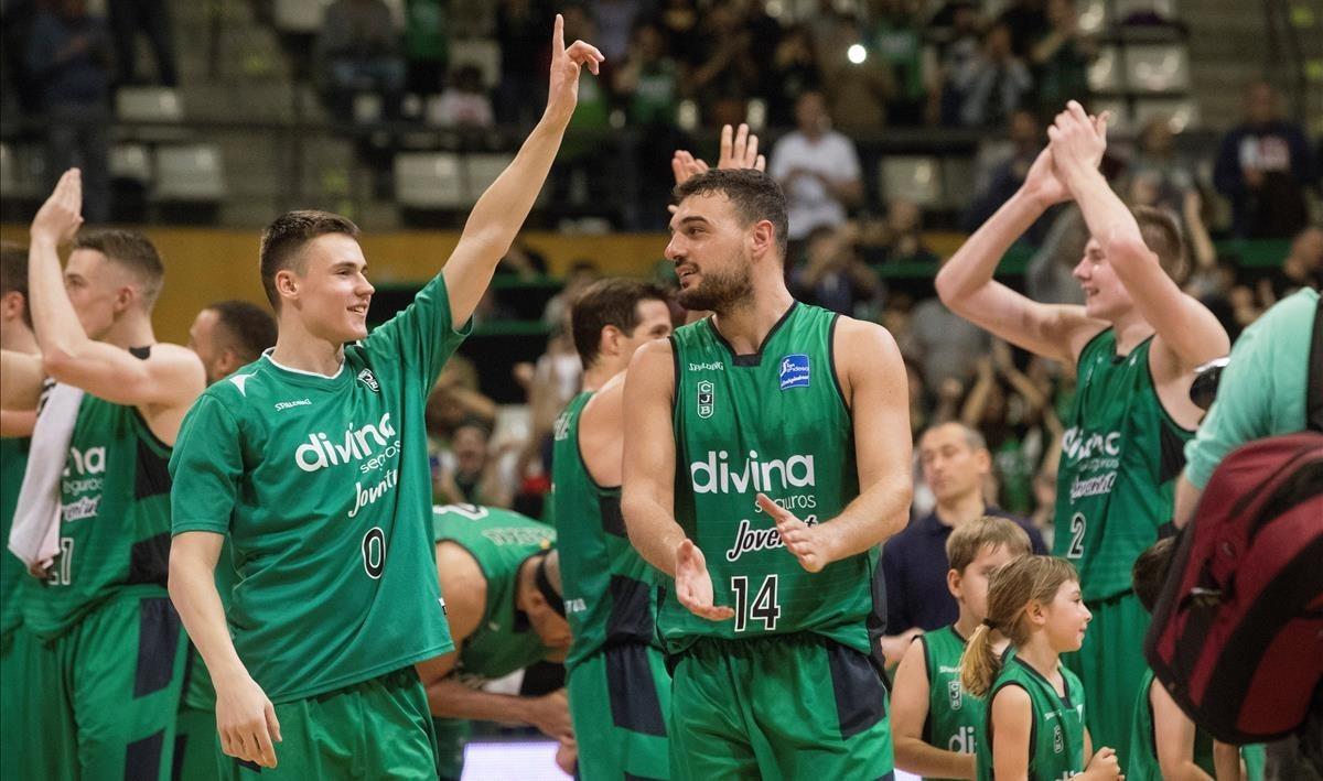 Los jugadores de la Penya celebran el triunfo ante el Valencia.