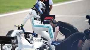 El piloto de Mercedes Valtteri Bottas tras conseguir la pole position en China