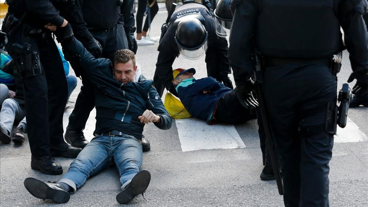 LosMossos arrastran a los piquetes que bloquean la Estaciódel Nord de Autobuses de Barcelona.