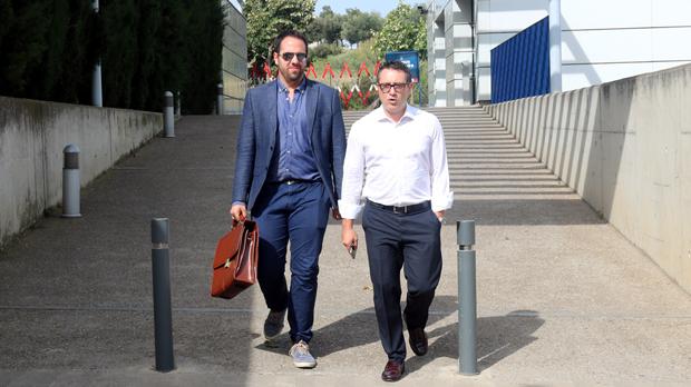 Los abogados Ladislao Pérez ySergio Pérez, que llevan la defensa del concejal de Figuees, saliendo de comisaría este jueves.