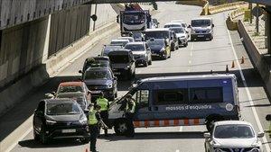 Los Mossos realizan un control en la Gran Via de Barcelona para evitar los desplazamientos del puente del 1 de mayo, este jueves.