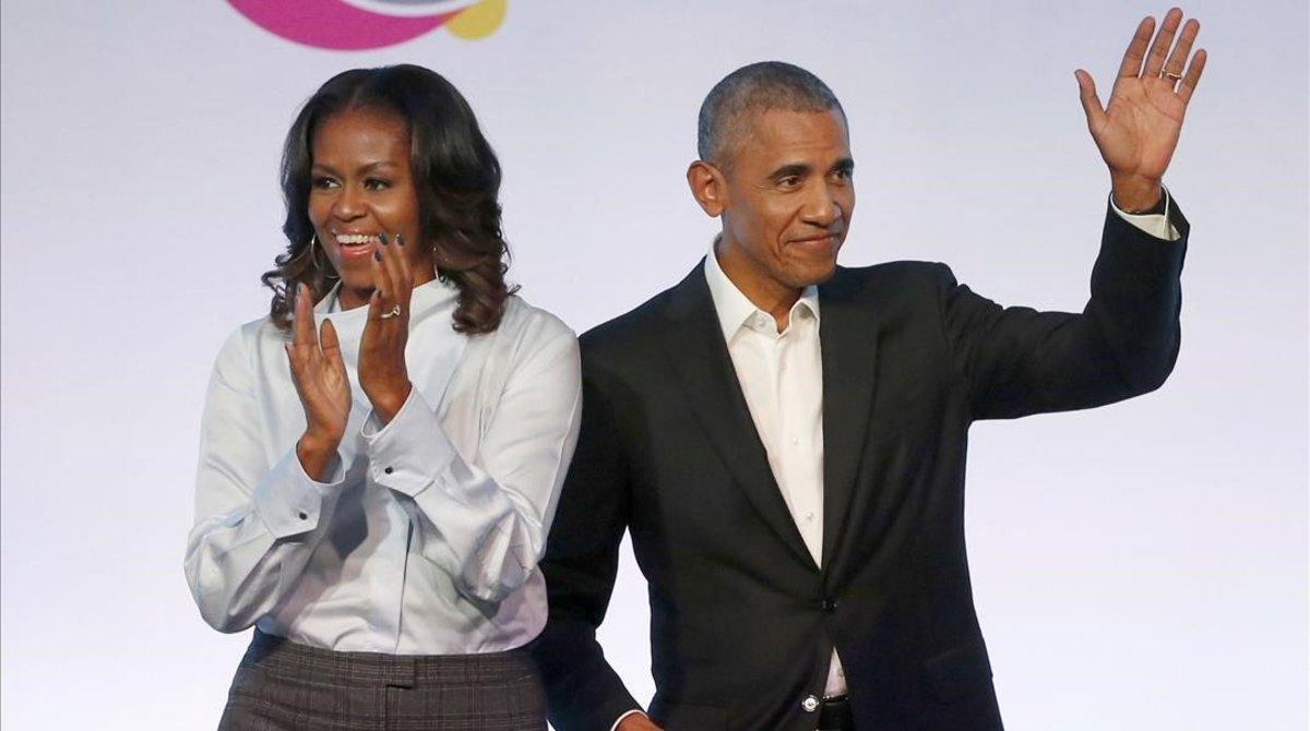 El matrimonio Obama posa sonriente tras firmar el acuerdo concon la plataforma de música en 'streaming' Spotify.