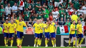 Los suecos celebran uno de sus goles a México.