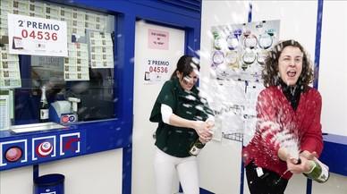 La Administracion numero 7 de Avila celebra que ha vendido una serie del segundo premio de la Loteria de Navidad.