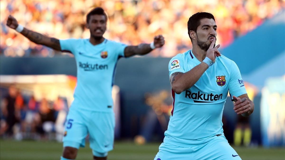 Luis Suárez celebra ante Paulinho su segundo gol al Leganés.