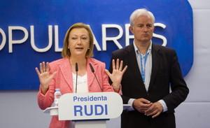 Luisa Fernanda Rudi, junto al candidato del PP a la alcaldía de Zaragoza, comparece para valorar los resultados. anoche.