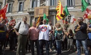 Concentración de delegados sindicales en la plaza de Sant Jaume de Barcelona.