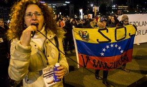 Manifestantes en la marcha de Barcelona contra el régimen de Nicolás Maduro, este jueves.