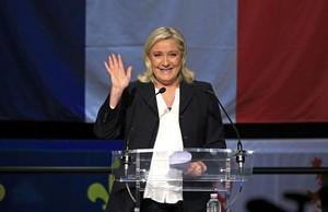 Marine Le Pen muestra su euforia al conocerse los primeros resultados, en Henin-Beaumont, este domingo.