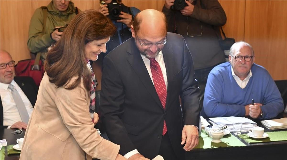 Martin Schulz vota junto con su esposa.