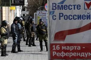 Membres de grups dautodefensa de Crimea, aquest dilluns, als carrers de Simferopol.