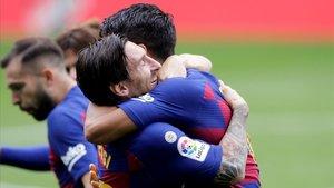 Messi y Suárez celebran el primer gol del uruguayo tras la lesión