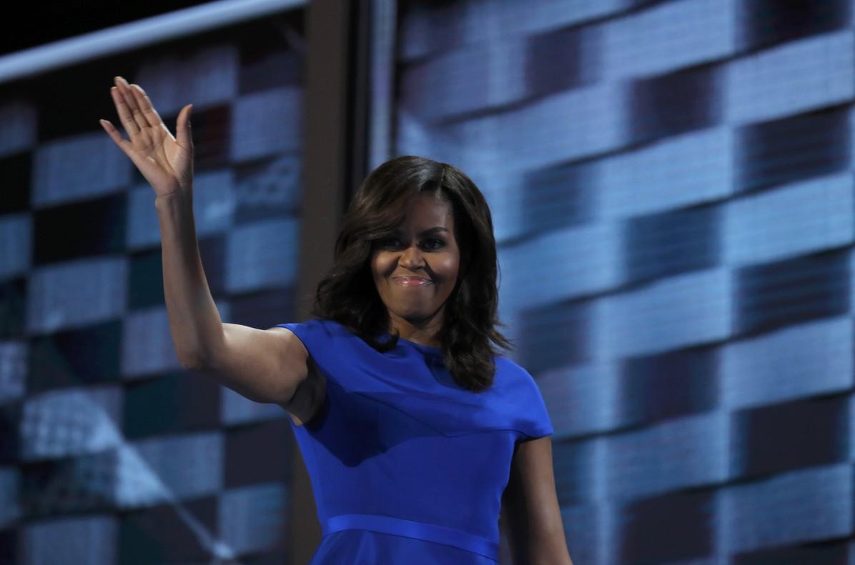 Michelle Obama saluda tras pronunciar su discurso en la convención demócrata.