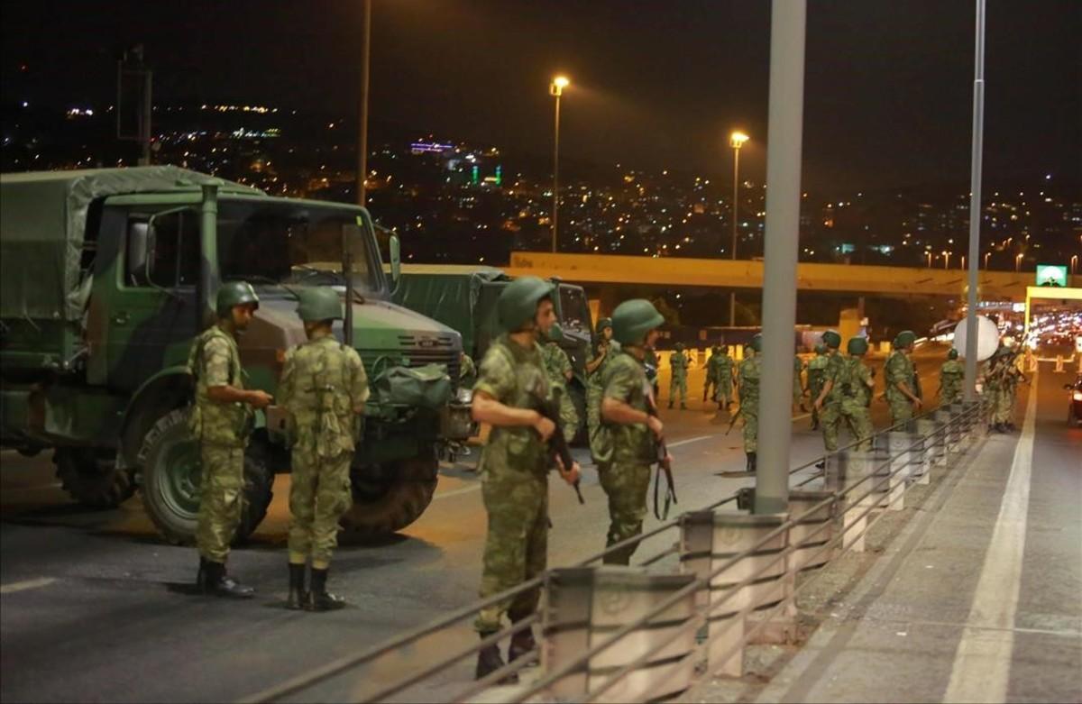 Militares cortan elacceso al puente del Bósforo que une los lados europeo y asiático de la ciudad de Estambul.