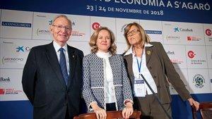La ministra de Economía, Nadia Calviño, entre el presidente de la Cámara de Comercio de Barcelona, Miquel Valls, y la presidenta de la Fundación Internacional Olof Palme, Anna Balletbò, en la clausura de las jornadas de S'Agaró.