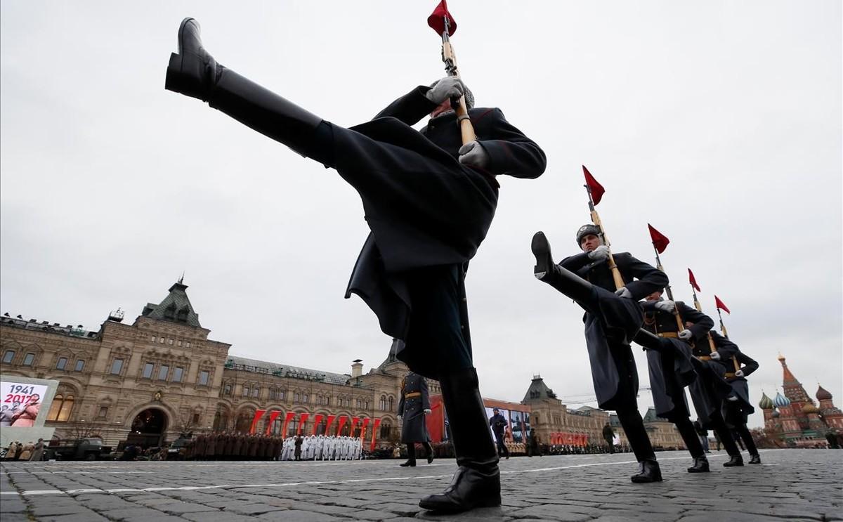 Desfile militar que marca el aniversario del desfile de 1941 cuando los soldados soviéticos marcharon hacia las líneas del frente de la Segunda Guerra Mundial.