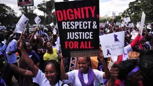 Mujeres kenianas gritan consignas contra la violencia sexual, este lunes en Nairobi.