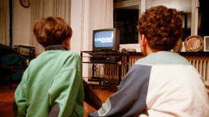 Dos niños mirando la tele